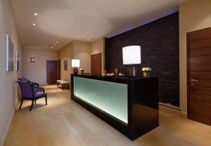 הלובי או אזור הקבלה ב-מלון בראשית מקבוצת מלונות היוקרה של ישרוטל