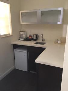 A kitchen or kitchenette at The New Hotel BBG