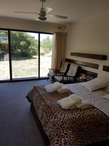 A bed or beds in a room at Toora Lodge Motel