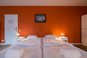 A bed or beds in a room at Auberge des 3 Fontaines