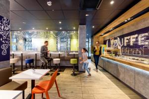 Ein Restaurant oder anderes Speiselokal in der Unterkunft Ibis Budget Leipzig City