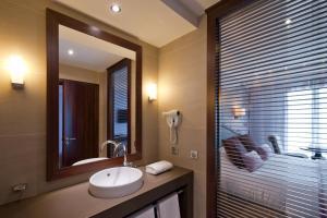 A bathroom at Hôtel Le Nouveau Monde