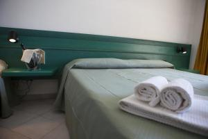 A bed or beds in a room at Hotel Miralonga