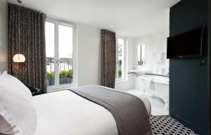 A bed or beds in a room at Hôtel Emile