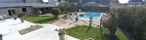 Vue sur la piscine de l'établissement La Grande Mare ou sur une piscine à proximité