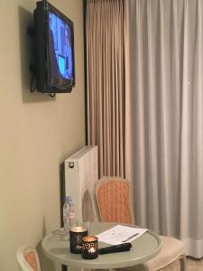 A television and/or entertainment center at T Bed & De Tafel