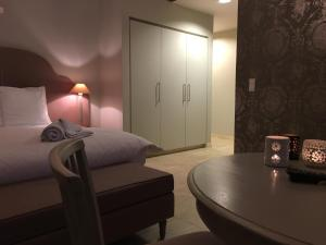 A bed or beds in a room at T Bed & De Tafel