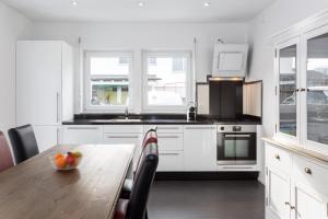 Кухня или мини-кухня в Sarnen Apartment 1