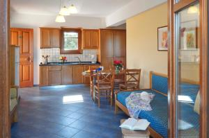 A kitchen or kitchenette at Hotel Apartments Sikia II