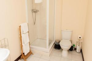 A bathroom at Alban and Abbey House