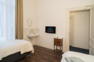 A bed or beds in a room at Boutique Hotel De Blauwe Pauw