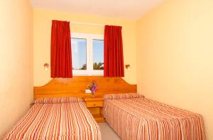 A bed or beds in a room at Bungalows Playa Limones