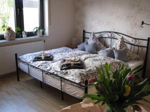 Een bed of bedden in een kamer bij Ferienwohnung Arnold