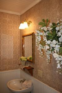 A bathroom at Julian Gold Rush Hotel