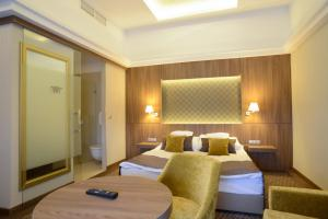 A bed or beds in a room at Duna Wellness Hotel