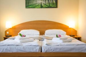 A bed or beds in a room at astral'Inn Leipzig Hotel & Restaurant