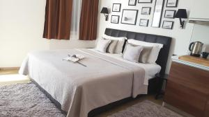 A bed or beds in a room at Blue Star Apartments