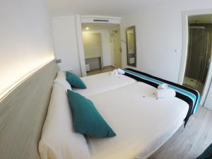 A bed or beds in a room at Hotel Fenix