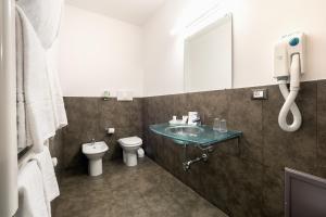 A bathroom at Hotel Garibaldi
