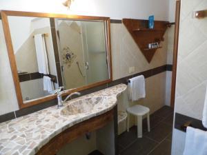 A bathroom at Le Nereidi Hotel Residence