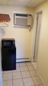 A kitchen or kitchenette at Atlantic Motel