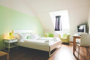 A bed or beds in a room at StayInn Hostel und Gästehaus