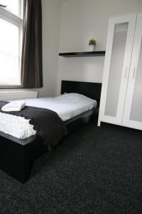 Een bed of bedden in een kamer bij Budgethotel de Zwaan
