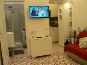 Uma TV ou centro de entretenimento em Casa Di Giovanna