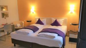 A bed or beds in a room at Hotel Rath