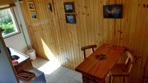 Área para comer en el complejo de cabañas