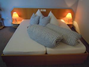 Ein Bett oder Betten in einem Zimmer der Unterkunft Gästehaus Zur schönen Aussicht
