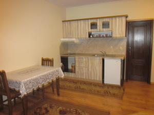 Кухня или кухненски бокс в Panorama Guest House