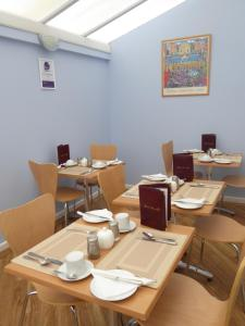 A restaurant or other place to eat at Leeward House B&B