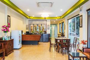 A restaurant or other place to eat at Le Hua Hotel