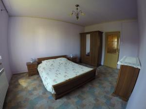 Łóżko lub łóżka w pokoju w obiekcie Dom w Mokrem