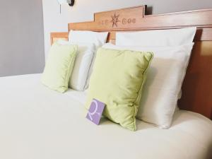 A bed or beds in a room at Hotel Mercure Creolia