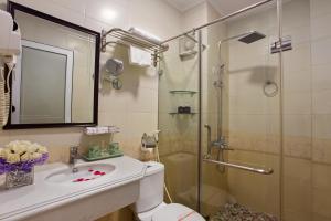 A bathroom at Hanoi Impressive Hotel
