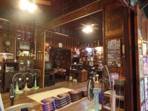 ห้องอาหารหรือที่รับประทานอาหารของ Ban Mae Arom