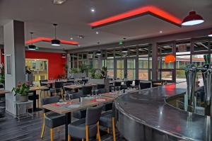 A restaurant or other place to eat at Hotel Restaurant Les Jardins D'Epône