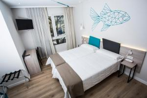 A bed or beds in a room at Hotel Mediterraneo Valencia