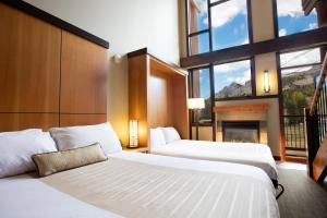 A bed or beds in a room at Sunshine Mountain Lodge