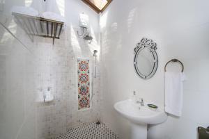A bathroom at Jawi Peranakan Mansion