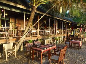 A restaurant or other place to eat at Koh Jum Lodge
