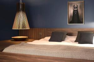 Een bed of bedden in een kamer bij La Remise Suites