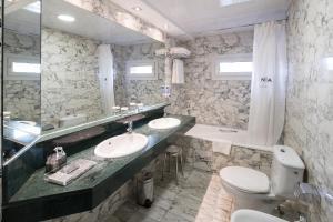 A bathroom at Catalonia Park Güell