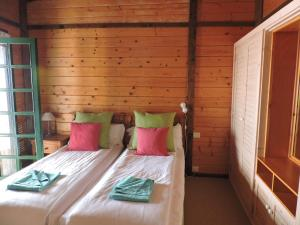 Een bed of bedden in een kamer bij Apartamentos Santa Ana - Adults Only