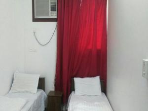 Cama ou camas em um quarto em Al Eairy Apartments- Tabuk 4