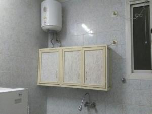 Um banheiro em Al Eairy Apartments- Tabuk 4