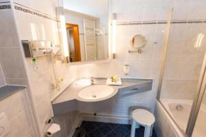 A bathroom at Hotel am Feuersee