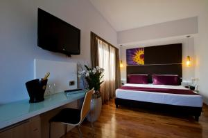 A television and/or entertainment center at Hotel Gravina San Pietro
